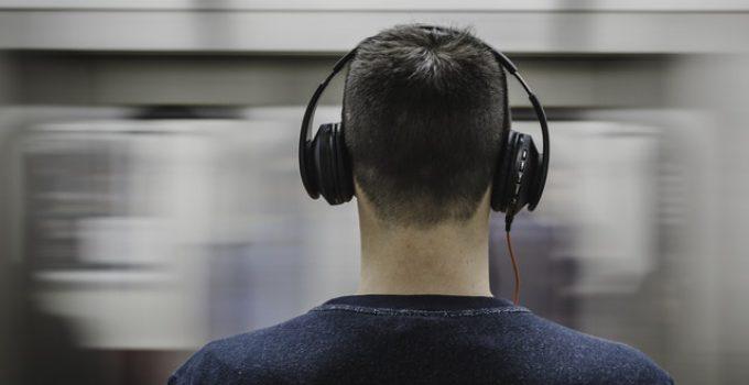 Hörlurar som går över öronen
