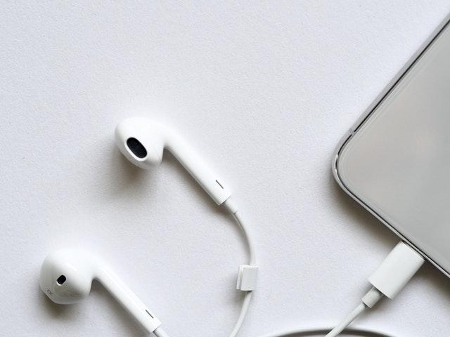 Hörlurar kopplad till en mobil